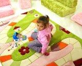 На мягком ковре приятно играть