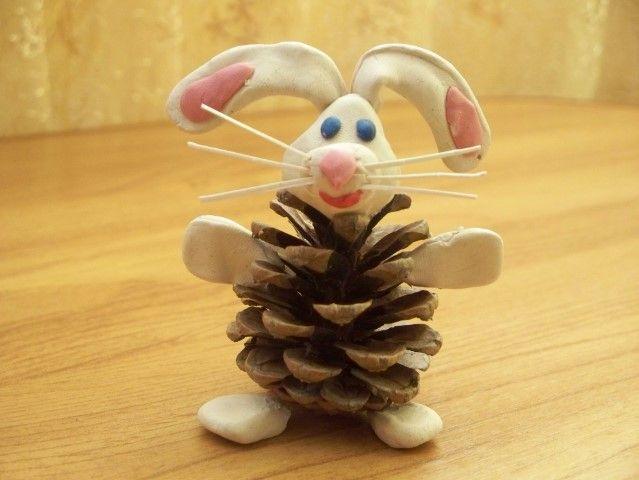 Забавный заяц из шишки.