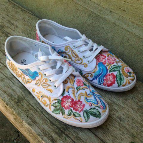 Акрилом можно раскрашивать не только одежду, но и обувь
