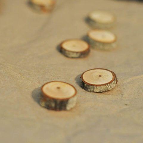Берёзовую чурочку подходящего размера аккуратно распилить на несколько кругляшков. Каждый обработать наждачной шкуркой. На одной стороне прикрепить маленькие магниты.