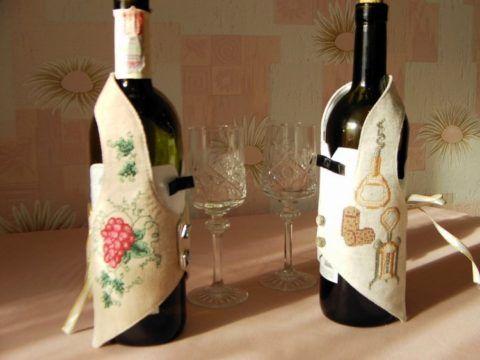 Бутылка вина в праздничной упаковке