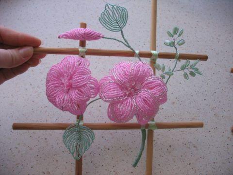 Двухцветные цветы из бисера
