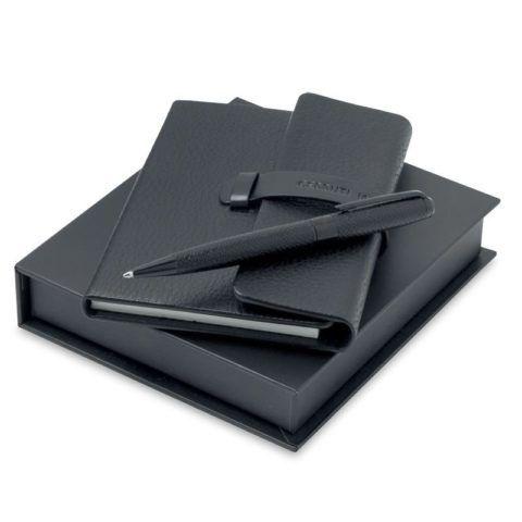 Ежедневник и шариковая ручка для важных записей.