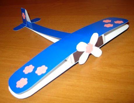 Красивый самолет с цветочками.