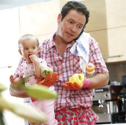 Муж занимается домашними делами