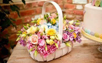 Оформление корзины живыми цветами.