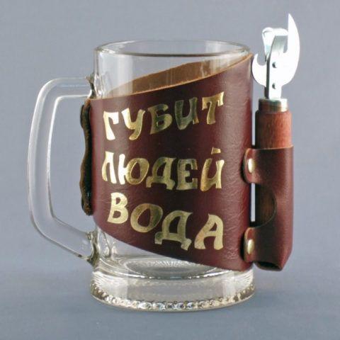 Оригинальная пивная кружка с открывалкой и забавной надписью.