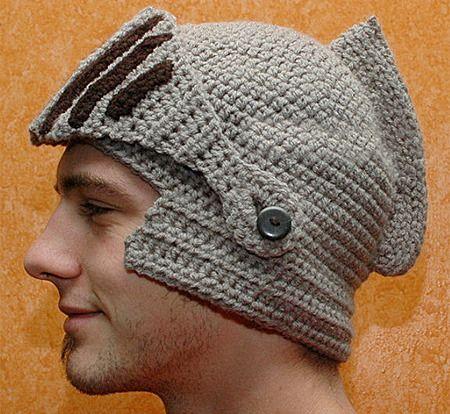 Оригинальная шапка, связанная крючком, как шлем у римских легионеров.