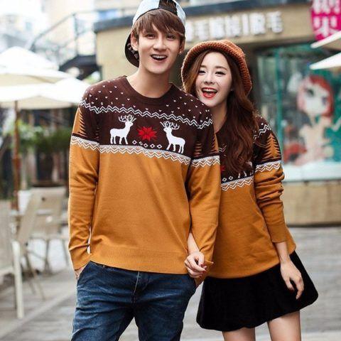 Пара в одинаковых свитерах