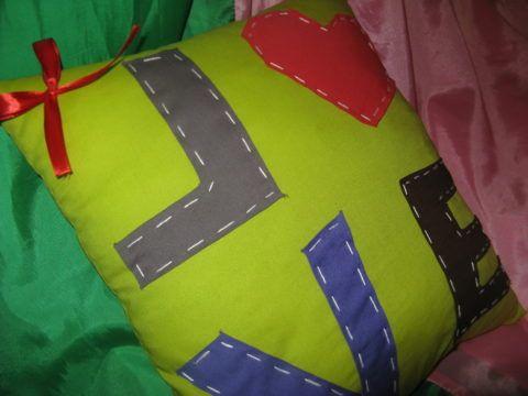 Подушка с нашивными буквами