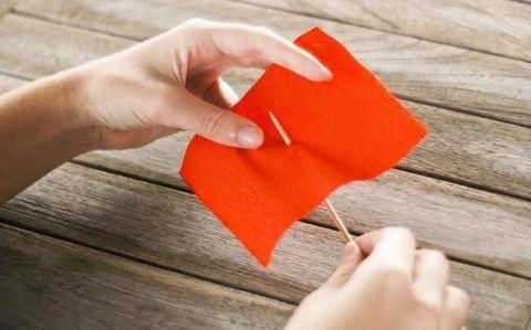 Прокалываем бумагу.