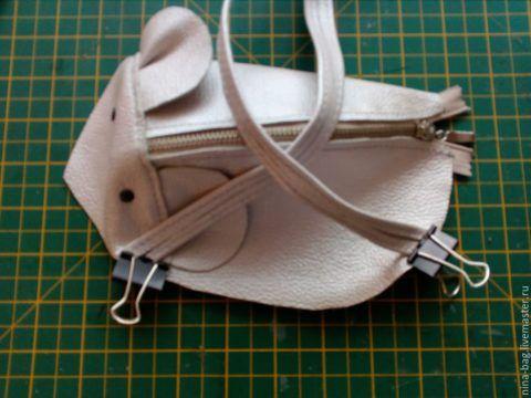 С помощью зажимов сшиваем и закрепляем материалы
