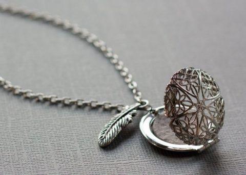 С виду обычный медальон, то положите туда листочек с ее заветным желанием!