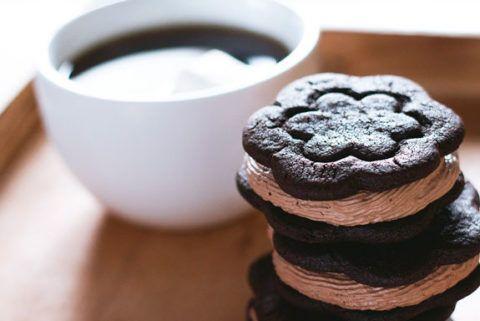 Шоколадное печенье со сливочной начинкой.