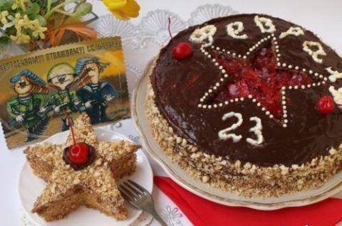 Торт из бисквита, с кремом из варёной сгущёнки, украшенный клубничным вареньем и пирожное в виде звезды.