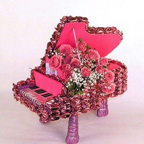 Цветы в рояле из конфет