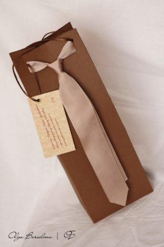 Упаковочный праздничный пакет с галстуком.