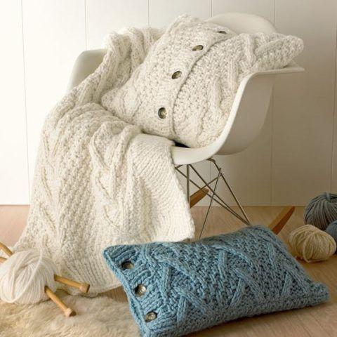 Уютный плед и чехлы на подушки