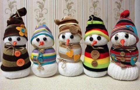 Вариант снеговиков из носок и старых варежек.