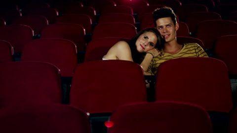 Влюбленные в кинотеатре