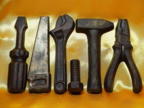 А вот строителю выберите шоколадные инструменты.