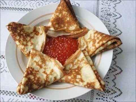 Блинчики с красной икрой в форме звезды.