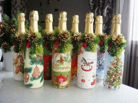 Бутылки шампанского, празднично украшенные к Новому году.
