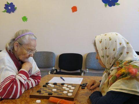 Чтение, разгадывание кроссвордов, игра в шахматы и шашки активизирует работу мозга.