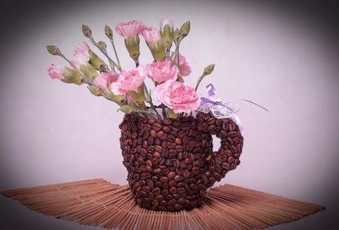 Достаточно не сложно превратить чашку в интересный вазон для цветов.