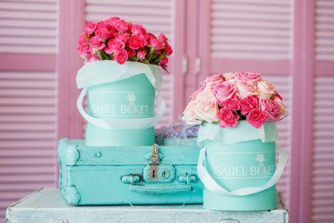 Композиция с букетами роз и чемодана.