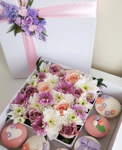 Коробка с цветами и сладостями.