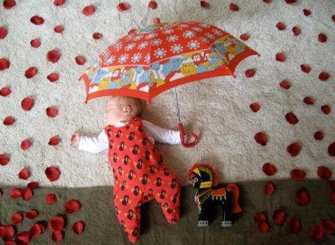 Малыш с зонтом