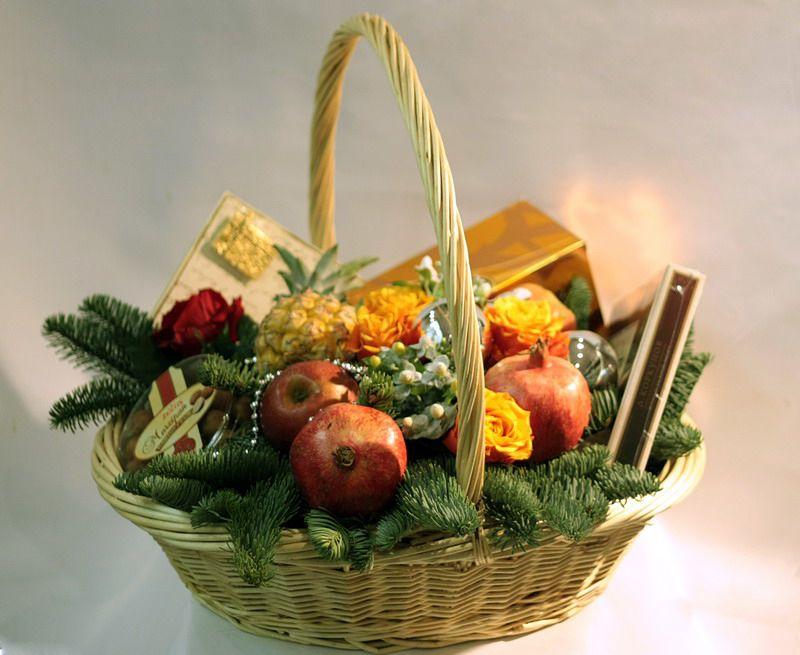 Фрукты в корзине в подарок на новый год