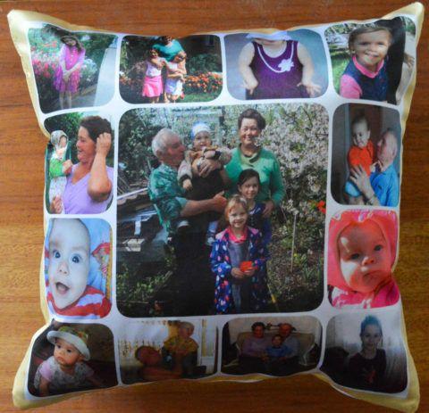Подушка с принтом семейных фотографий.
