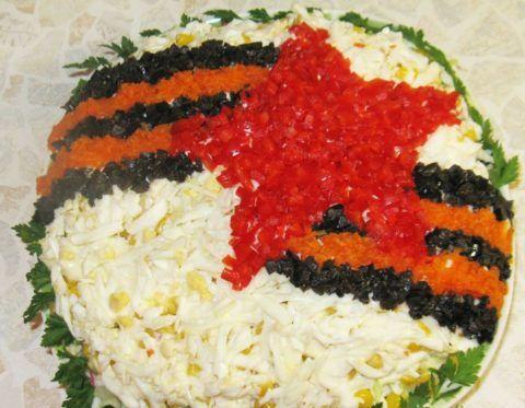Салат, украшенный георгиевской ленточкой.