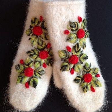 Шерстяные рукавички с вышивкой в подарок.