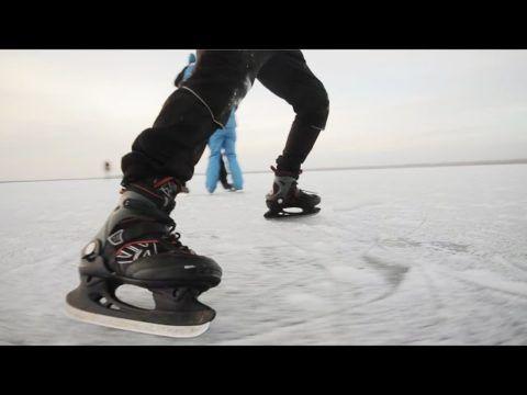 Суровая зима нравится конькобежцу.