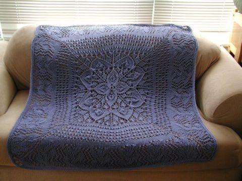 Тёплая и красивая шаль для бабушки – сложно вязать, но греет замечательно.