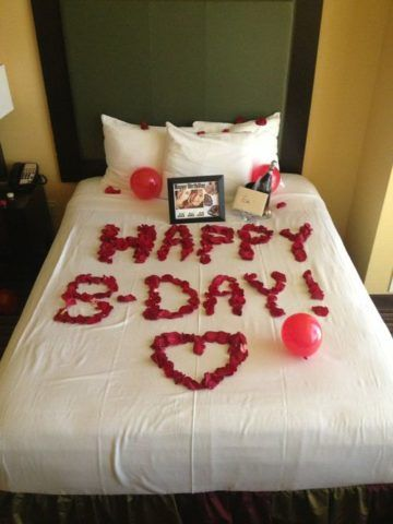 Выложите надпись на постели из лепестков цветов.