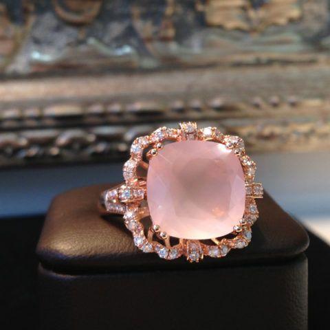 Кольцо с камнем – розовый кварц