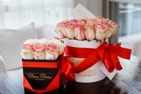 Коробка с нежными кремово-розовыми розами.