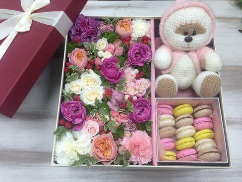 Коробка с живыми цветами в подарок.
