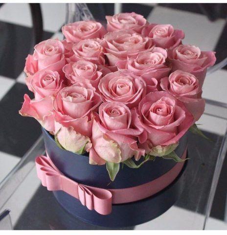 Коробка в подарок с розовыми розами.