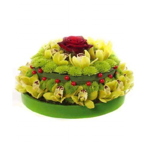 Красивая композиция с зелеными хризантемами и орхидеями