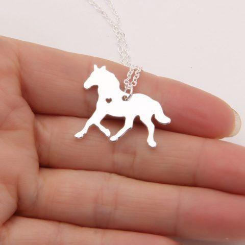 Можно подарить такой очаровательный кулон с лошадью.