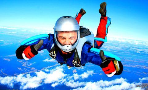 Парень прыгает с парашютом