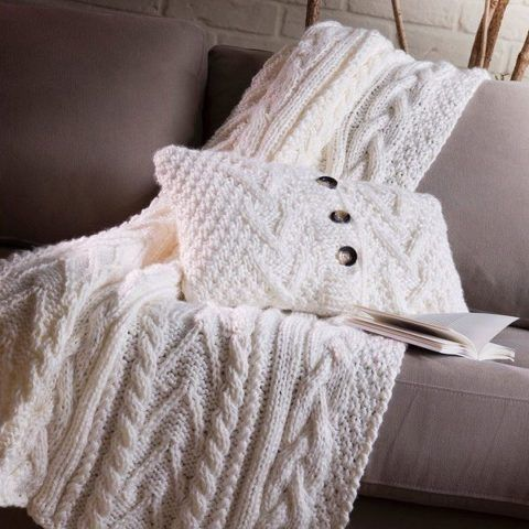 Плед, подушка – тепло и уют для бабушки.