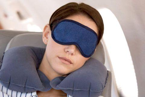 Подушка и очки для сна в транспорте.