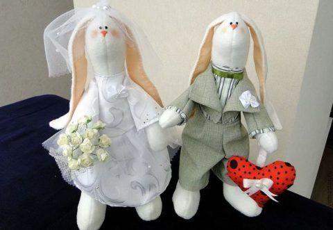 Презент, забавные зайцы, жених и невеста.