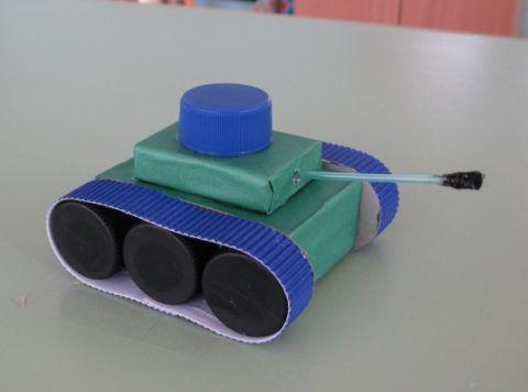Присоединяем башню, люк, ствол танка.
